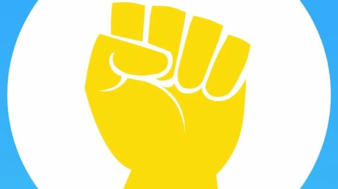 Knuten näve med gul städhandske