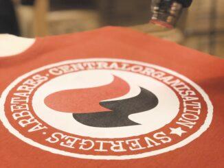 SAC:s nya t-shirt är tryckt i Nattsvart verkstad.