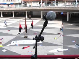 Ett tomt torg och en mikrofon som ingen talar i