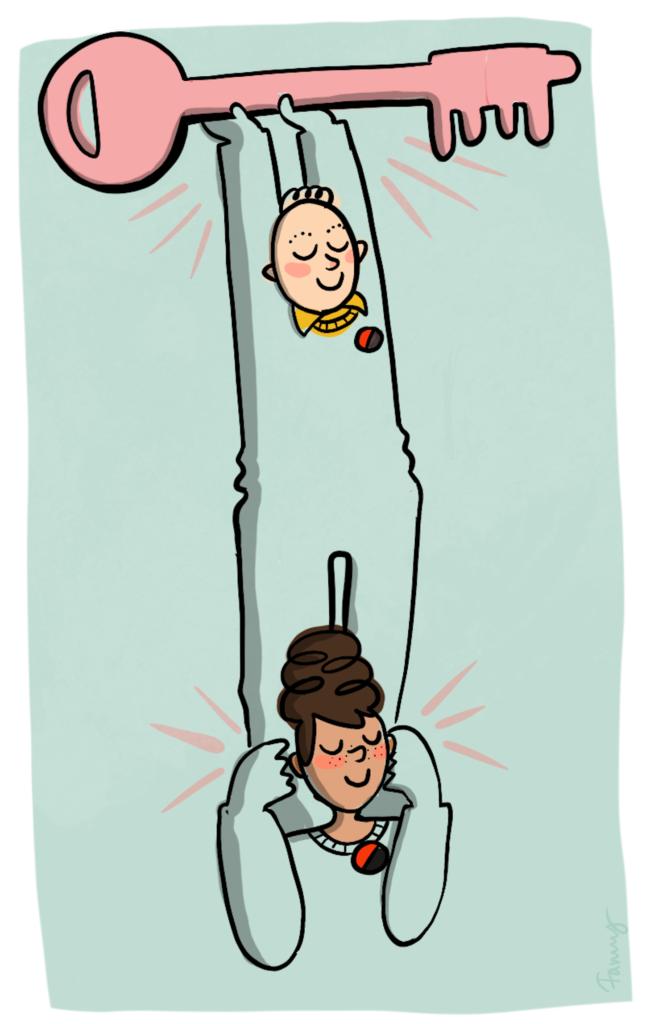 En person står på en annan persons axlar. Personen högst upp håller i en stor nyckel.